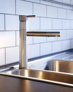 Двойные кухонные мойки: большие маневры для смесителя