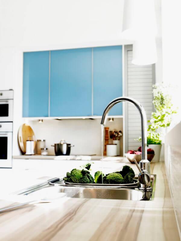 Как лучше всего мыть посуду на кухне? Задрав нос!