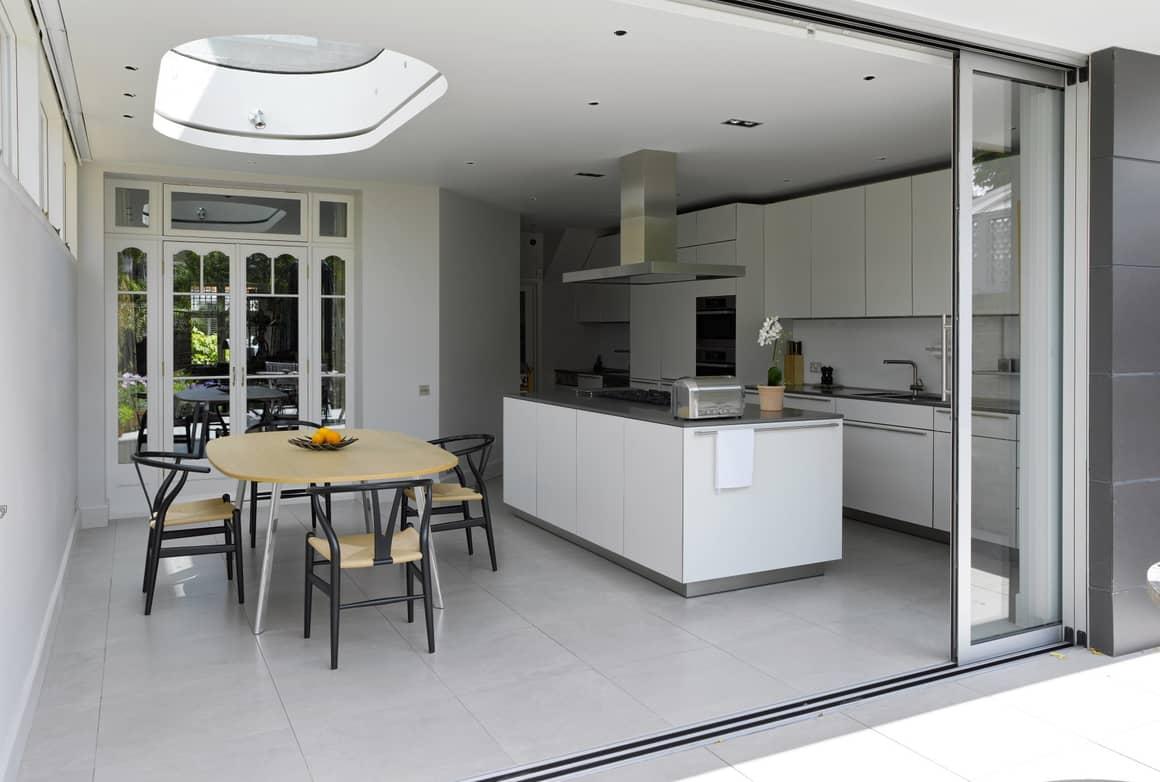 Раздвижные двери - спасение для маленькой кухни. Особенности конструкции