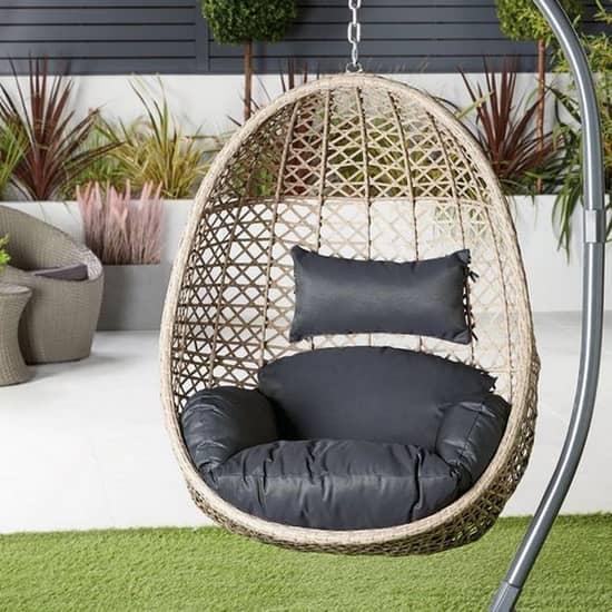 Подвесное кресло - практичное и удобное место проведения досуга в саду